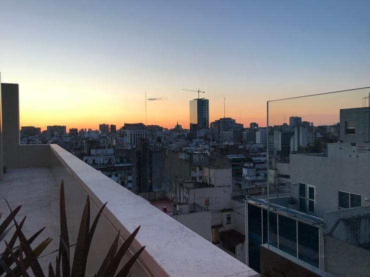 Uitzicht vanaf een rooftopbar.